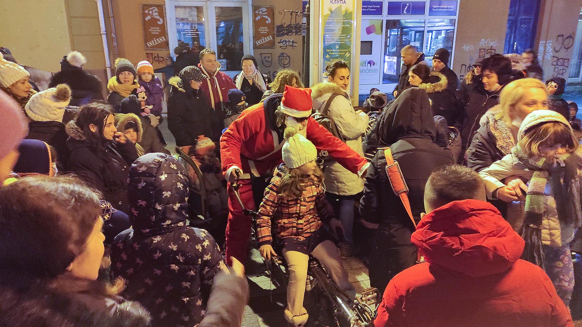 Dušan Milojkov je Deda Mraz na biciklu