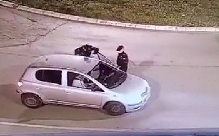 Vuče policajca