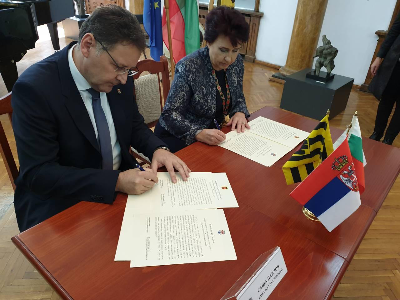 Pavlov potpisuje  memorandum sa gradonačelnicom Pernika (Bugarska)
