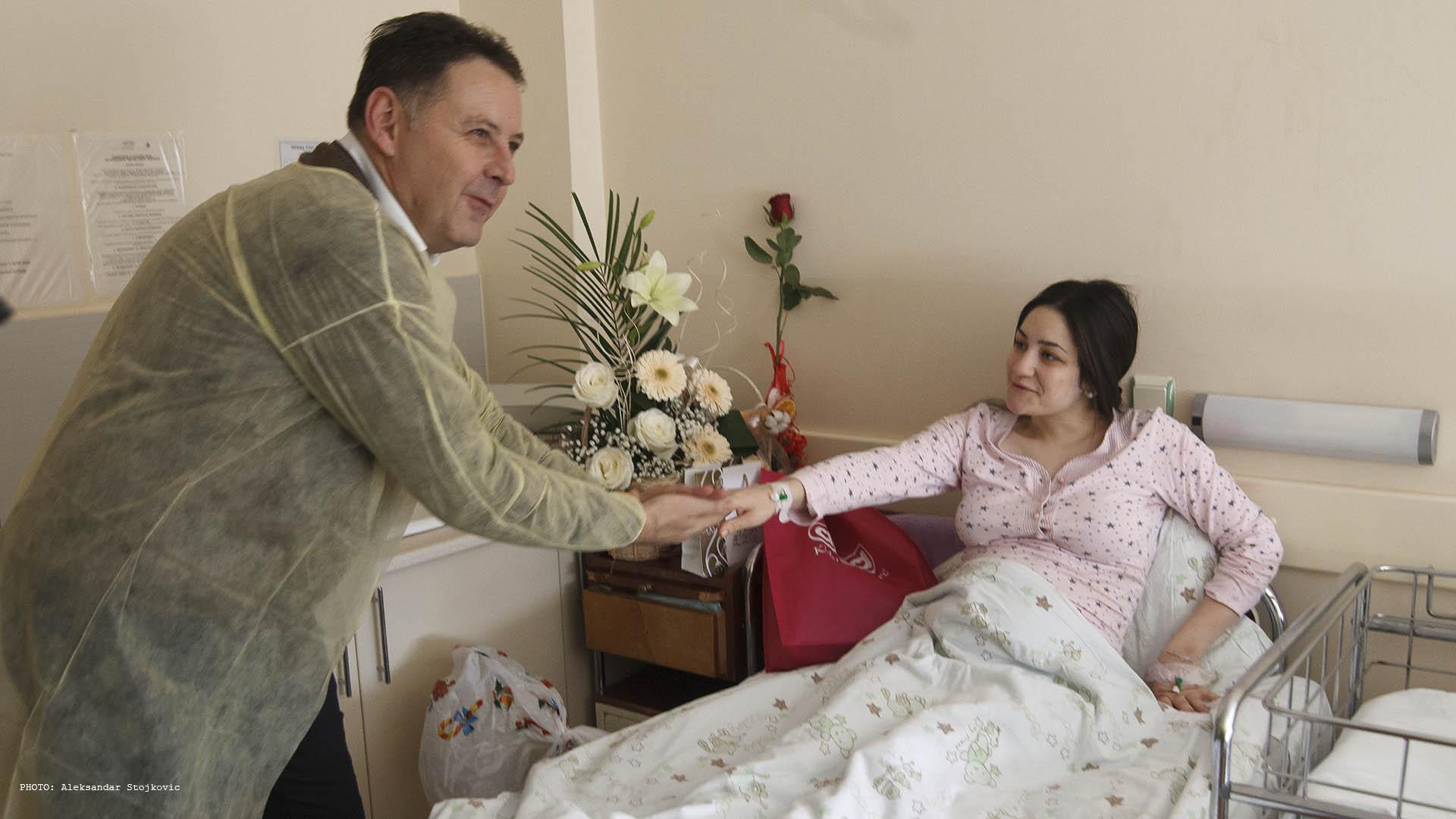 Pavlov u poseti majci prvorođene pančevačke bebe Uroša, Andrei Bojković