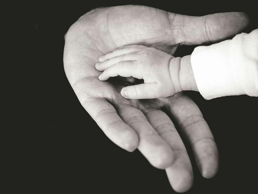 Dete ruka u ruci
