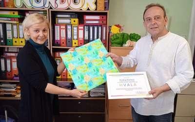 Učitelj Peđa predaje nagradu