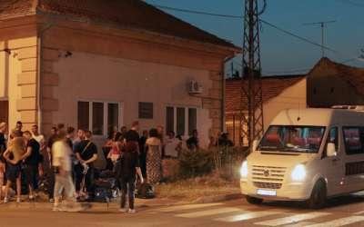 Dva kombija, sportisti, porodice ispred OŠ Mara Mandić, spremni za polazak u Los Anđeles