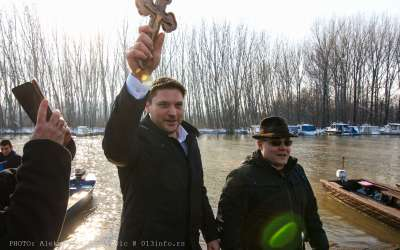 Stevanović drži krst