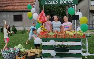 Deca prodaju povrće