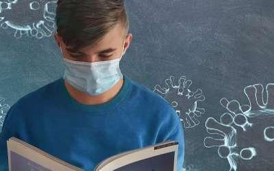 Učenik s knjigom i maskom