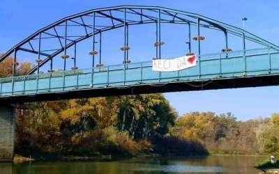 Transparent na mostu