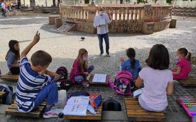 Učitelj Predrag Starčević predaje u gradskom parku