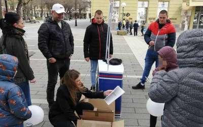 Zavetnici dele udžbenike u Pančevu april 2021