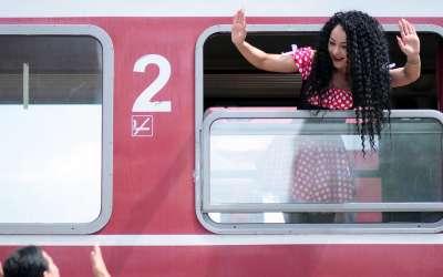 Devojka u vozu pozdravlja